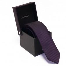 Keskeny, sötétlila színű nyakkendő díszdobozban