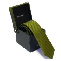 Keskeny, sötétzöld színű nyakkendő díszdobozban